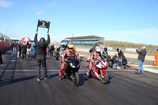 Hai mẫu mô tô này trên đường đua super bike tại Anh (BSB) trong buổi diễu hành