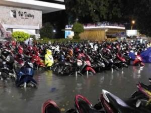 """Hơn 1.000 xe máy """"chết chìm"""" trong trận mưa lớn nhất từ đầu năm"""
