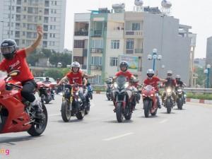 Hàng trăm mô tô phân khối lớn khủng diễu hành tại Hà Nội