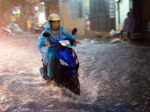 """Bí quyết giúp chạy xe máy """"ngon lành"""" trong vùng đô thị ngập nước"""