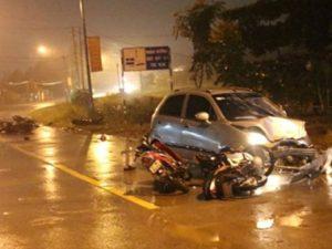 """Ô tô """"điên"""" mất lái kéo lê 6 xe máy cùng 9 người bị thương nằm la liệt"""